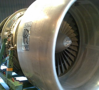 Problémy s motormi stiahli britský koncern Rolls-Royce do straty